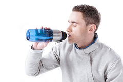 Взгляд со стороны питьевой воды фехтовальщика от бутылки Стоковое фото RF