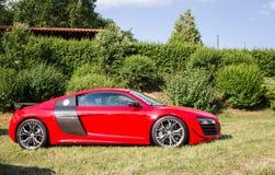 Взгляд со стороны подгонянного красного Audi R8 стоковое изображение rf