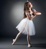 Взгляд со стороны прелестный маленький представлять балерины Стоковая Фотография