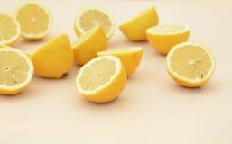 Взгляд со стороны свежих половин лимона отрезка Стоковые Фотографии RF