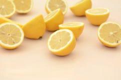 Взгляд со стороны свежих половин лимона отрезка Стоковые Фото