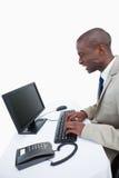 Взгляд со стороны сердитого бизнесмена используя компьютер Стоковые Фотографии RF