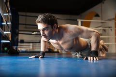 Взгляд со стороны сильного боксера делать нажимает поднимает Стоковые Фото