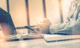 Взгляд со стороны снял рук ` s человека используя умный телефон в интерьере, вид сзади рук бизнесмена занятых использующ сотовый  Стоковые Изображения RF