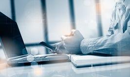 Взгляд со стороны снял рук ` s человека используя умный телефон в интерьере, вид сзади рук бизнесмена занятых использующ сотовый  Стоковое Изображение RF