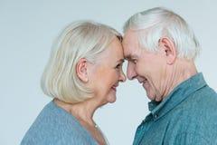 Взгляд со стороны старшего человека и женщины смотря один другого Стоковые Изображения RF