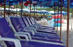 Взгляд со стороны стульев и зонтика на пляже Стоковые Изображения
