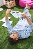 Взгляд со стороны сфокусированного бизнесмена анализируя документы Стоковая Фотография RF