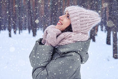 Взгляд со стороны умоляющей женщины смотря до небо в пугающем Стоковые Фото