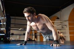 Взгляд со стороны холодного боксера делать нажимает поднимает Стоковое Изображение