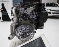 Взгляд со стороны хрома двигателя автомобиля Стоковые Фотографии RF