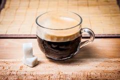 Взгляд со стороны чашки кофе стоковое фото