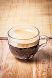 Взгляд со стороны чашки кофе стоковое изображение rf