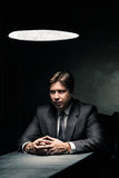 Взгляд со стороны человека в темной комнате загоренной лампой Стоковое Фото