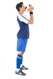 Взгляд со стороны шарика красивого футболиста целуя стоковые фотографии rf