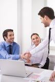 Взгляд со стороны 3 людей работая на компьютере на офисе Стоковое Изображение RF