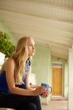 Взгляд со стороны daydreaming женщины стоковая фотография