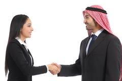 Взгляд со стороны handshaking предпринимателей араба саудовского стоковая фотография rf