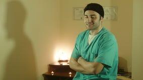 Взгляд специалисту по массажа на камере видеоматериал