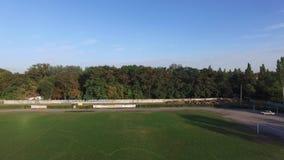 Взгляд спортивной площадки футбольного стадиона сверху Вид с воздуха футбольного поля, футбольного стадиона, футбольного стадиона сток-видео