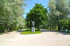 Взгляд спортсменок скульптуры высоких в парке победы Москвы Взгляд собора Андрюа апостола Стоковые Изображения RF