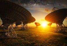 Взгляд спутниковой антенна-тарелки на заходе солнца Стоковое Фото
