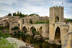 Взгляд средневекового городка с замком и мостом Стоковая Фотография