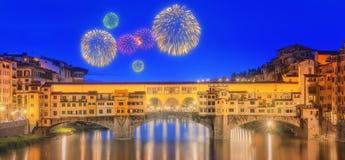 Взгляд средневекового каменного моста Ponte Vecchio и реки Арно, Флоренса Стоковые Изображения