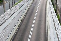 Взгляд средней дороги с большими стенами Стоковые Изображения