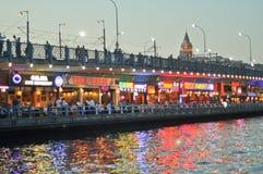 Взгляд Стамбула и башни и моста Galata на ноче Стоковое Изображение RF