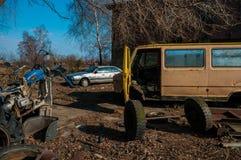 Взгляд старого автомобиля на самосвалах, Baltiysk, России Стоковая Фотография RF
