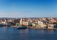 Взгляд старого города через залив в солнечном дне. Гавана. Стоковые Изображения