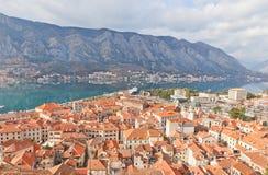 Взгляд старого городка и залива Kotor, Черногории Стоковое Фото