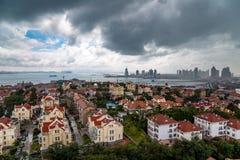 Взгляд старого городка и Qingdao преследуют от парка XiaoYuShan стоковая фотография