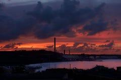 Взгляд старого рыбацкого поселка Marsaxlokk в Средиземном море на драматических часах восхода солнца 1-ого сентября 2013 Панорамн Стоковое фото RF