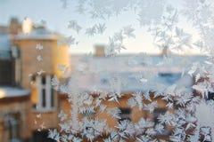 Взгляд старого fView дома города старого дома города от замороженного окна зимы Icerom текстуры замороженное окно зимы Стоковые Фото