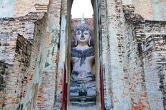 Взгляд старого ` Phra Achana ` статуи Будды внутри загубленного Mandapa приятеля в парке Sukhothai историческом, Таиланда Wat Si Стоковое Фото