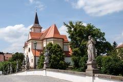 Взгляд старых барочных моста и St. John баптистская церковь в Namest nad Oslavou Стоковые Фотографии RF