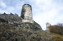 Взгляд старых каменных стен замка и башни Стоковые Фотографии RF