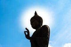 Взгляд столба знака о'кей статуи Будды нижний с темным силуэтом с Стоковое Изображение
