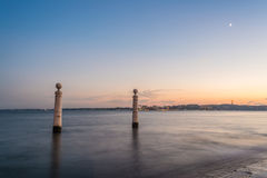 Взгляд столбцов причала в квадрате коммерции на заходе солнца, Лиссабоне, Португалии, Европе Стоковые Фото