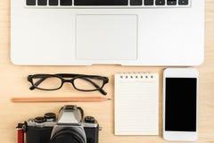 Взгляд столешницы с камерой и телефоном компьтер-книжки Стоковая Фотография RF