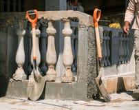 Взгляд строительной площадки при лопаткоулавливатели стоя против загородки бетона стиля свежего строения классической ретро Стоковое Изображение RF