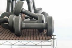 Взгляд строк гантелей на шкафе Стоковое фото RF