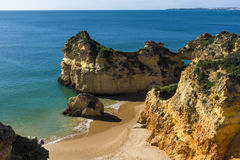 Взгляд сценарного dos Tres Irmaos Прая в Alvor, Алгарве, Португалии Стоковая Фотография RF