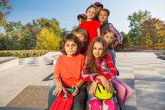 Взгляд счастливых друзей сидя с скейтбордами Стоковая Фотография