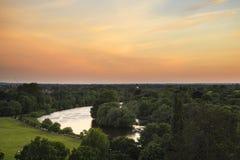 Взгляд Темзы реки от холма Ричмонда в Лондоне во время красивого Стоковые Фото