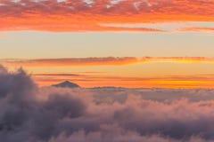 Взгляд Тенерифе от Gran Canaria на заходе солнца Стоковые Изображения