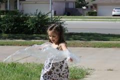 Играть маленькой девочки стоковое изображение rf
