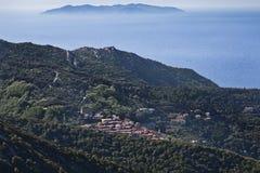 Взгляд Тосканы острова Эльбы к Marciana и Capraia острову задняя часть внутри Стоковая Фотография